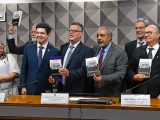 Senadores receberam livro do economista Eduardo Fagnani (ao centro), contra a reforma que ataca os trabalhadores.