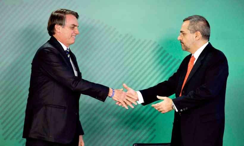 Bolsonaro e ministro da Educação veem 'doutrinação' em concursos