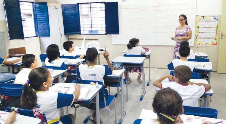 Capes abre editais para 60 mil bolsas de formação de professores